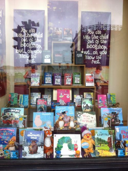 Aparador d'una llibreria a Oban, Escòcia.